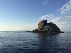 In un  mare infinitamente blu con le #Eolie a fare da sfondo ecco lo scoglio di #Patti #Messina ph MTG  #yummysicily