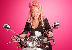 """""""Alcancei uma idade em que posso ter o cabelo rosa se quiser"""", diz Cyndi Lauper…"""