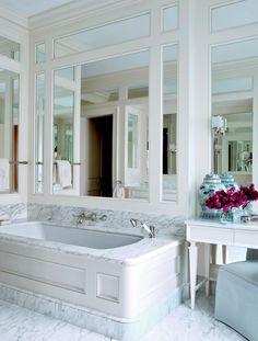 tablier de baignoire en bois massif coloré en blanc et sol en marbre