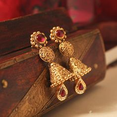 Fulfill a Wedding Tradition with Estate Bridal Jewelry Gold Jhumka Earrings, Jewelry Design Earrings, Gold Earrings Designs, Gold Jewellery Design, Designer Earrings, Handmade Jewellery, Necklace Designs, Earrings Handmade, Jhumka Designs