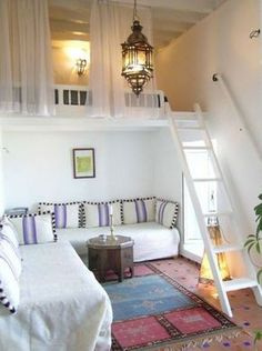 kleine wohnung einrichten mit hochbett_kleine zimmer einrichten in weiß mit loft bed über ecksofa