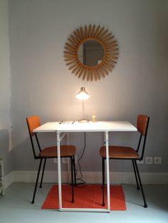 Miroir soleil en rotin, lampe Habitat, table Ikéa, chaises années 50