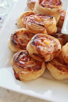 These Hot Ham and Cheese Pinwheels are one of our favorite pinwheel recipes ever. Fresh ham, swiss cheese, & warm brown sugar glaze to top them off! Snacks Für Party, Easy Snacks, Easy Meals, Pizza Roulée, Appetizer Recipes, Appetizers, Confort Food, Pinwheel Recipes, Entrees