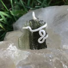 Pendentif Moldavite I Artisanal, Candle Holders, Candles, Handcrafted Jewelry, Pendant, Candy, Candelabra, Candle, Candle Stands