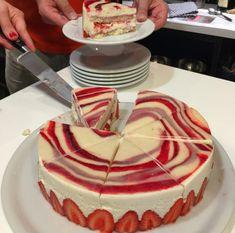 Det er mange som har spurt om oppskriften på Fraisier-kaken som vi lagde på Kakekurset i Paris på norsk. Jeg har derfor nå oversatt den og lagt til det vi lærte. Jeg tok også trinn for trinn bilder, som jeg håper vil være en god hjelp, og til og med litt video. Det er virkelig …