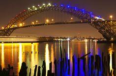 il Bayonne Bridge  in New jersey, USA, illuminato da fari led colorati