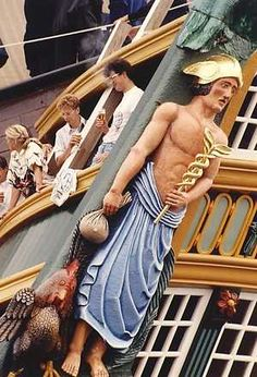 Het boegbeeld van de replica van het VOC-schip 'Amsterdam' tijdens de intocht van Sail.