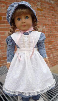 Este equipo se ha hecho para caber 18 muñecas como American Girl, Battat, Madame Alexander, las chicas de viaje y mucho más. Chica americana Kirsten es modelado este conjunto pradera bonita para nosotros. El vestido es un patrón modificado de guardianes de una impresión calico azul. Le puse encaje de cluny en el cuello y las muñecas. La espalda de este vestido se cierra con Velcro gancho-libres. La longitud del vestido es mediados de-becerro. El delantal se hace de un blanco en tela blanca…