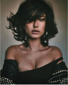 Cheia de charme: saiba mais sobre a moda da franja cortininha #cabelos #hair #tendencias