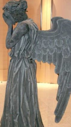 An angel statue costume? FREAKING AWESOME!!
