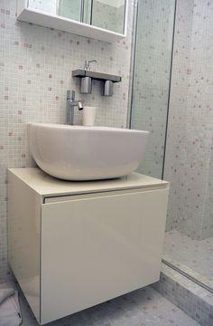 Dettaglio del bagno, con mosaico a parete #architettura #interni