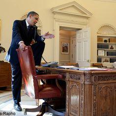 Parce que c'est lui le boss et qu'il téléphone dans la position qui lui chante!
