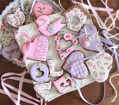 Galletas para enamorados; decorated heart, LOVE, and cute bird Valentine cookies