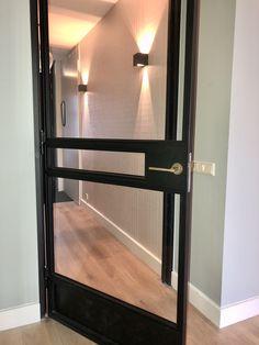 De verlichting is van essentieel belang in een hal. Het versterkt je mooie behang of muurkleur. Je ruimte is sfeervol verlicht. De Stalen deur is een eigen ontwerp met een aparte oud-bronzen deurklink en een onderplaat met leer.