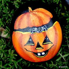 handpainted-rock-Halloween-Spider-Pumpkin-fantasy-Creepy-Collectible-ngreshamart