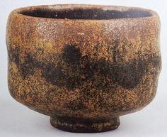 黒楽茶碗No.26「古狐」 香雪美術館蔵  「あやめ」や「面影」と似て独特のただれを持っています。このただれは光悦の茶碗と少し似たところがあるような気がします。形はおとなしめながら均整が取れています。