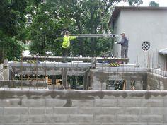 Ensimmäisen kerroksen ontelolaattojen asennus. Kuvassa näkyy betoniharkkorungon pystyraudoitusta.