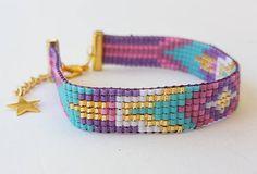 Este telar abalorios pulsera está hecha con abalorios de miyuki color turquesa, rosa, oro y púrpura. Esta pulsera miyuki tiene un acabado chapado de oro. Tamaños: Longitud: 6,7(17 cm) Hay una cadena de extensión de 2 cm para ajustar la longitud con una estrella que se le atribuye. Opcionalmente, puede ajustarse la longitud bajo demanda. Ancho: 0,40(1 cm) Visite mi tienda para ver la otros joyería hecha a mano: https://www.etsy.com/shop/EternaJewelryStore
