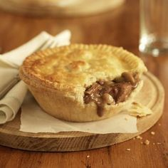 This Meat Pie Recipe Uses Leftover Roast Beef or Taco Meat This meat pie is made with leftover roast beef, hash brown potatoes and peas and carrots. Leftover roast beef recipes don't get much tastier. Roast Beef Pie, Leftover Roast Beef, Beef Pies, Roast Beef Recipes, Meatball Recipes, Aussie Pie, Australian Meat Pie, Aussie Food, Easy Meat Pie Recipe