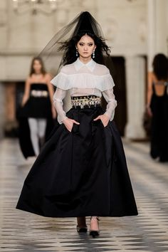 Chanel Pre-Fall 2021 Fashion Show Collection: See the complete Chanel Pre-Fall 2021 collection. Look 66 Boutique Haute Couture, Style Couture, Haute Couture Fashion, Kristen Stewart, Coco Chanel, Juergen Teller, Fashion Week, High Fashion, Fashion Show