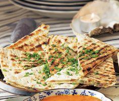 Tunnbrödstortillas med smält mumsig ost, smakrik gräslök och het kummin. Stek bröden i en torr stekpanna och servera smörgåsarna rykande heta och vackert gyllenbruna.