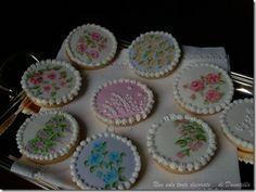 Biscotti dipinti a decoro floreale