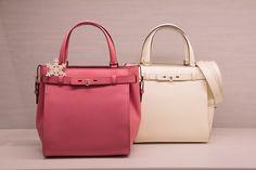 女性に支持されるヴァレクストラの「B CUBE」。左が新色のフラミンゴ(32万5,000円)#pink #white #bag #valextra #ヴァレクストラ #バッグ #ホワイト #ピンク