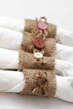 Lot de 50 ronds de serviette à la main de toile de jute avec arcs de bouton et de la ficelle. Boutons viennent dans une variété de couleurs avec