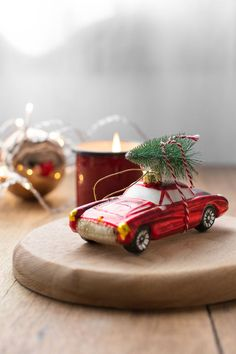 Adorno colgante de Navidad coche rojo con árbol. Regalar adornos de Navidad es algo muy típico en los países nórdicos. Si te gusta esa tradición y conoces a algún amante de la velocidad, este coche de carreras que transporta un arbolito será el regalo perfecto.  Lo puedes colgar del árbol y dar un respiro al espumillón y a las clásicas bolas de siempre.  #Christmasdecorations #christmasdecor #adornonavidad #navidad #decoraciónnavidad #decoraciónnavideña #navidadmoderna Backyard, Table Decorations, Christmas, Holidays, Furniture, Home Decor, Backyard Decorations, Wooden Figurines, Christmas Ornaments