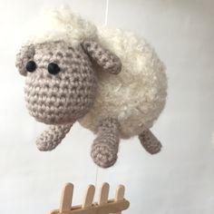 Gratis hækleopskrift – Et får... To får... Tre får... Crochet Art, Love Crochet, Crochet Gifts, Crochet Animals, Crochet Toys, Baby Knitting Patterns, Amigurumi Patterns, Crochet Patterns, Baby Presents