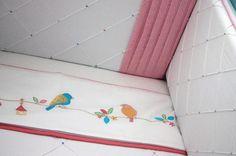 A mamãe da Carolina escolheu um papel de parede de passarinhos para compor a decoração de seu quartinho. A partir deste tema e seguindo a cartela de cores