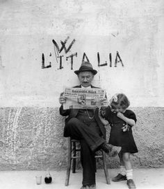 L'Italia Robert Doisneau Robert Doisneau, Vintage Photographs, Vintage Photos, Black And White Pictures, Black White, People Reading, Italian People, Italian Man, Italian Style