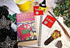 Ich trinke sehr viel Tee und ich warte nach all den Jahren noch immer auf Eulenpost. ✉📝Mein Hogwartsbrief muss verschollen gegangen sein! Eindeutig! Ich meine, ich bin sicher eine Hexe! Ein Muggle, wie Petunia, bin ich nicht... nein, ... garantiert nicht! Also, wo bleibt mein Brief? 📫Ich habe auch nichts dagegen noch einmal mit Teens die Schulbank zu drücken, wenn ich solch interessante Dinge lernen darf.📚 #harrypotter #hogwarts #eulenpost