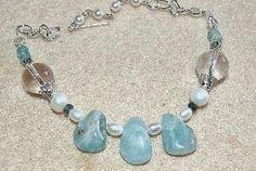 """Ett mycket vackert och värdefullt smycke, som också är enkelt att göra. Full längd på smycket kan vara ca 60 cm eller 46 cm, beroende av vilka kläder du använder.   Akvamarin i healing:  Frihet. Ger en känsla av glädje, mod och lätthet. Bryter ner självdestruktiva tankar. """"Mitt liv är som en härlig dröm -. Ger mer tolerans och mindre fördömande."""