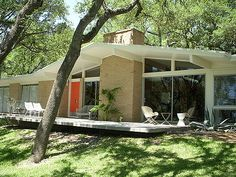 1959 Mid-century modern home in Austin, Texas-I would pick a home like this over a brand new one any day. I love mid centruy modern! Love this design. Mid Century Ranch, Mid Century House, Mid Century Style, Mid Century Modern Design, Modern Exterior, Exterior Design, Maison Eichler, Midcentury Modern, Porches