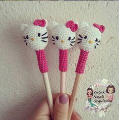 Bonjour Kitty Pen Head Making - Crochet Leaf Patterns, Crochet Leaves, Crochet Diagram, Knitting Patterns, Crochet Amigurumi, Amigurumi Patterns, Crochet Dolls, Crochet Hello Kitty, Pen Toppers