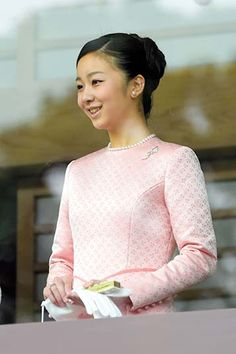 Princess Kako makes her debut on Jan. 2 at an annual greeting event held for the public at the Imperial Palace to usher in the new year.