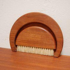 Vintage Teak Mid Century Crumb Brush - Kay Bojesen - 1950s Denmark, Danish Modern door FeraliaVintage op Etsy https://www.etsy.com/nl/listing/228446087/vintage-teak-mid-century-crumb-brush-kay