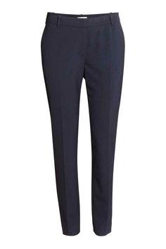 Pantaloni de costum: Pantaloni de costum din ţesătură elastică, cu talie normală, cu închizătoare cu copci ascunsă, cu buzunare laterale, cu buzunar cu refileţi la spate. Model conic pe picioare, cu dungă.