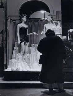 Brassaï - Sur les Grands Boulevards, Paris, vers 1934.