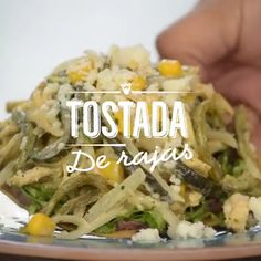 Receta de tostadas de rajas con elote, pollo y crema. Prueba de esta deliciosa receta y lúcete prep Mexican Dishes, Mexican Food Recipes, Dinner Recipes, Quick Recipes, Cooking Recipes, Healthy Recipes, Clean Eating Snacks, Healthy Eating, Good Food