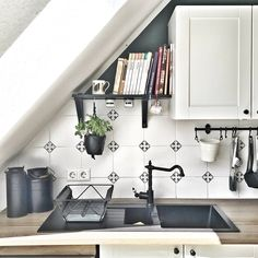 Setting up sloping ceilings – tips and ideas - home diy organizations Diy Garden Decor, Diy Home Decor, Bookshelves For Small Spaces, Ikea Shelves, Kitchen Fixtures, Hacks Diy, Diy Organization, Kitchen Lighting, Storage Spaces