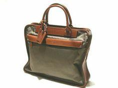 FELISI(フェリージ) イタリアン・ハンドメイド・バッグの名品、フェリージのバッグ。 1973年にイタリアのフェラーラで創業したフェリージ。 約30名程の職人により丁寧に手作りしている為、世界中でも 流通量の少ないことでも有名なんですよ。