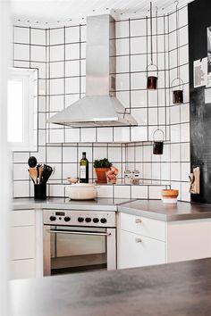 A cool monochrome Swedish home. Lina Östling, Johanna Flyckt for Hus o Hem. Apartment Interior, Kitchen Interior, Swedish Kitchen, Sweden House, Scandinavian Style Home, Appartement Design, Beautiful Kitchen Designs, Cuisines Design, Modern Interior Design