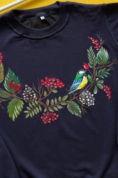 Trully autumn sweatshirt with hand painted Berries wreath and a cute small tit on it:) SIZE M IS READY TO SHIP. S size - Width - 47 cm length - 58 cm M size - Width - 50 cm length - 60 cm L size - Width - 51 cm length - 62 cm You can choose Fabric Colour Painting, Fabric Painting On Clothes, Fabric Paint Shirt, Paint Shirts, Painted Clothes, Painted Jeans, Saree Painting, Dress Painting, T Shirt Painting