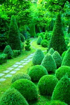 ççç omg, what a jaw dropper!! even tho this is a bit formal, there is still quite a cross over appeal to French country cottage designs!! Garden path is understated, but perfect to compliment this garden