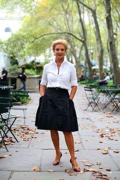 上品なデザインが人気の「Carolina Herrera(キャロライナ・ヘレラ)」のデザイナー、キャロライナ・ヘレラ。デザイナーとして活躍する前からその洗練された佇まいで有名で、人々を虜にしていました。白シャツ×フレアスカートで清潔感に女性らしさをプラスして♡