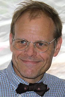 Alton Brown - the best cooking dude evar. Still have a crush on him! DAT INTELLIGENCE!