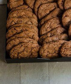 """Μια πολύ εύκολη συνταγή για τα πιο νόστιμα και αφράτα αμερικανικά μπισκότα τύπου cookies, από τις """"Γλυκές Αλχημείες"""" Σεπτεμβρίου που κυκλοφορούν στα περίπτερα. Biscuit Bar, Biscuit Cookies, Cake Cookies, Cookie Desserts, Fun Desserts, Dessert Recipes, Chef Recipes, Greek Recipes, Brownie Recipes"""