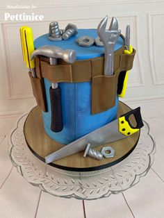 Pettinice   How to make a tool belt cake with Amanda Jull Fondant Tools, Fondant Cakes, Cupcake Cakes, Cake Decorating Techniques, Cake Decorating Tutorials, Engineering Cake, Tool Box Cake, Artist Cake, Gateaux Cake
